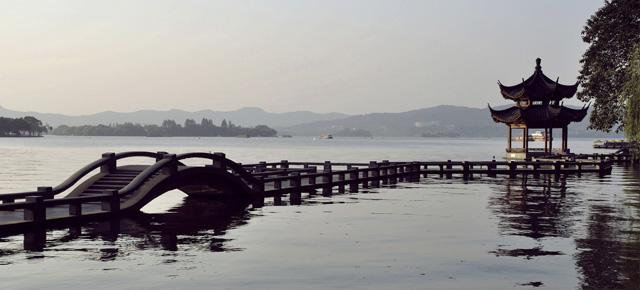 Puente de pájaros, Barry Hughart: Relatos de una China que nunca existió
