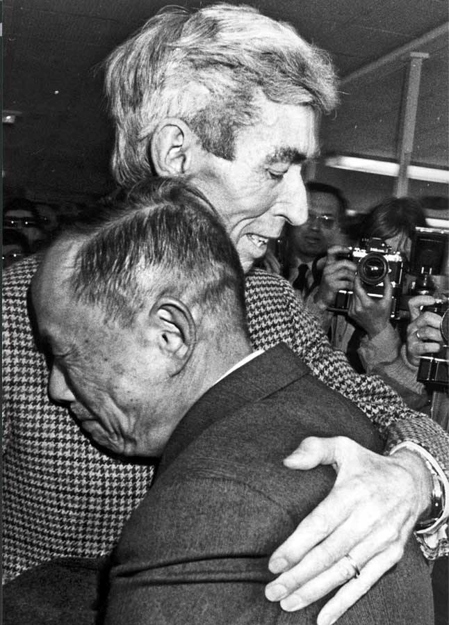 Herge-y-Chang-abrazo