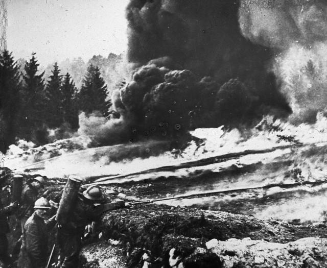 Soldado franceses atacando con fuego líquido. © Copyright 2012 CorbisCorporation