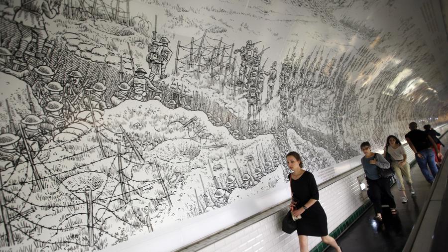 Los tuneles del metro de Paris, ornamentados con secuencias de la obra de Sacco. Como si fuesen una suerte de Tapiz de Bayeux