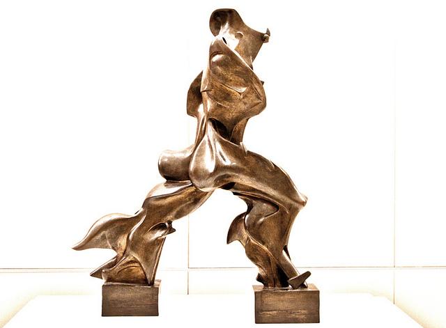 Forme uniche nella continuità dello spazio (1912) di Umberto Boccioni