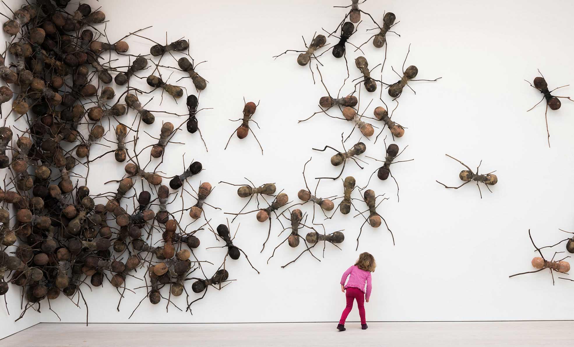 Casa Tomada, de Rafael Gómezbarros. Esculturas de fibra de vidrio, fotografía tomada en la galería Saatchi, Londres. 2014.