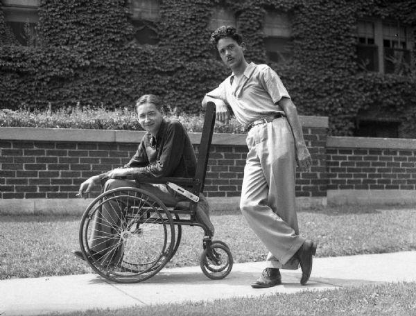 Retrato de Robert Bloch y Henry Kuttner Fotografía humorisitca tomada en Maryland Avenue, Bloch sentado sobre la silla de ruedas de su padre, empujada por Henry.