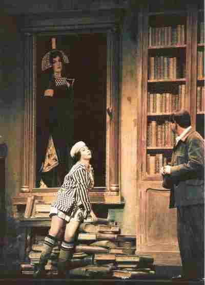 Escena de Egor y Simina frente a retrato de Cristina
